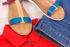 Sandales en cuir féminines, jeans et chemise, concept confortable d'habillement photos libres de droits