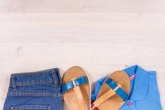 Sandales en cuir féminines, jeans et chemise, concept confortable d'habillement, endroit pour le texte image stock