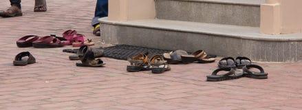 Sandales en dehors d'un temple image libre de droits