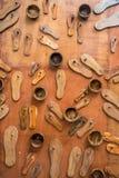 Sandales et cuvettes en bois Images stock