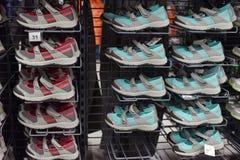 Sandales et espadrilles de sports dans le magasin à vendre Images stock