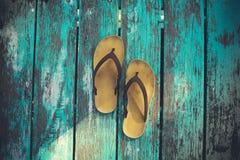 Sandales jaunes sur le vieux bois Photo libre de droits