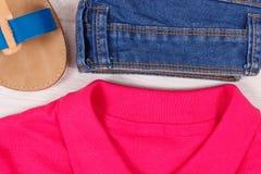 Sandales, jeans et chemise ou chandail en cuir confortable pour la femme images libres de droits