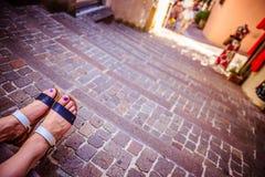 Sandales pendant les vacances : Les jambes de la femme portant des sandales image stock