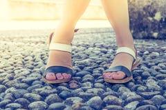 Sandales pendant les vacances : Les jambes de la femme portant des sandales photo libre de droits