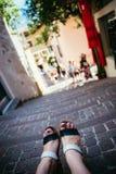Sandales pendant les vacances : Les jambes de la femme portant des sandales photographie stock libre de droits