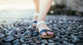 Sandales pendant les vacances : Les jambes de la femme portant des sandales photo stock