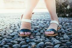 Sandales pendant les vacances : Les jambes de la femme portant des sandales photos libres de droits