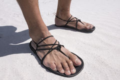 Sandales primitives de plan rapproché portées sur la plage Photo stock
