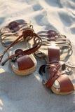 Sandales sur la plage Photo stock