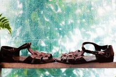 Sandales sur le fond pluvieux image stock