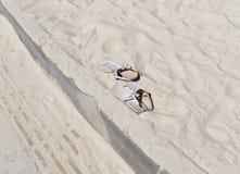 Sandales sur le sable Image libre de droits