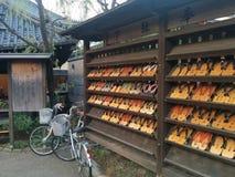 Sandales traditionnelles du Japonais GETA sur l'affichage Images stock