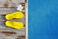 Sandali da una piscina fotografie stock