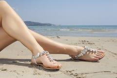 Sandali delle giovani donne immagine stock