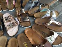 Sandali di Birkenstock da vendere immagini stock libere da diritti