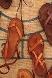 Sandali di cuoio fatti a mano artigianali sulla vendita, Puglia, Italia immagini stock