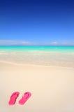 Sandali di flip-flop sulla spiaggia Fotografia Stock Libera da Diritti