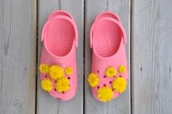 Sandali di gomma con i fiori gialli Fotografie Stock Libere da Diritti