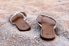 Sandali piacevoli delle signore sulla spiaggia sabbiosa Immagini Stock Libere da Diritti