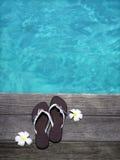Sandali su un pavimento di legno Immagine Stock
