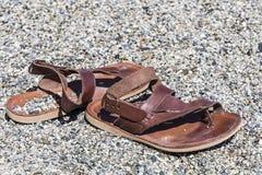 Sandali su una spiaggia rocciosa Fotografia Stock Libera da Diritti