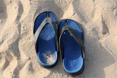 Sandali su una spiaggia vuota Immagini Stock