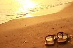Sandalia en la playa agradable fotografía de archivo