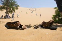 Sandalia y huella en Shapotou Fotografía de archivo