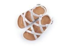 Sandalias blancas nacaradas de los niños Fotos de archivo