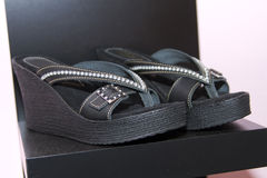 Sandalias con estilo en el boutique de los complementos Fotos de archivo libres de regalías