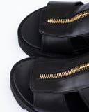 Sandalias de cuero negras imagen de archivo libre de regalías
