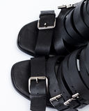Sandalias de cuero negras fotos de archivo libres de regalías