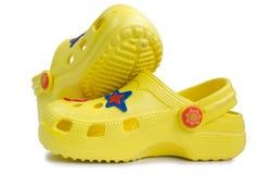 Sandalias de goma amarillas del cabrito. Imagenes de archivo