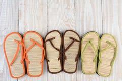 Sandalias de la playa en la cubierta de madera Fotos de archivo