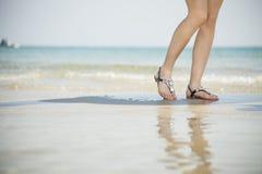 Sandalias de las mujeres jovenes Foto de archivo libre de regalías
