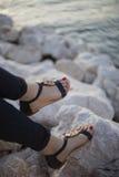 Sandalias de las mujeres jovenes Fotografía de archivo