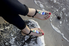 Sandalias de las mujeres jovenes Fotos de archivo