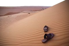 Sandalias en el desierto Fotos de archivo libres de regalías