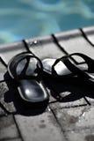 Sandalias en el poolside fotos de archivo