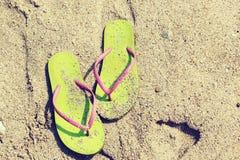 Sandalias en la arena Imágenes de archivo libres de regalías