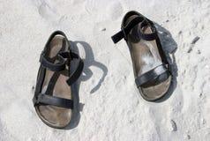 Sandalias en la arena Fotografía de archivo libre de regalías