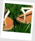 Sandalias en la hierba Imagenes de archivo