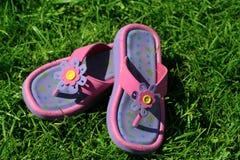 Sandalias en la hierba Fotos de archivo libres de regalías
