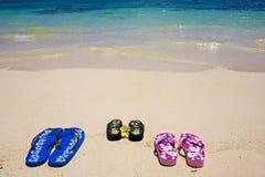 Sandalias en la orilla Imágenes de archivo libres de regalías
