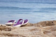 Sandalias en la playa Foto de archivo libre de regalías