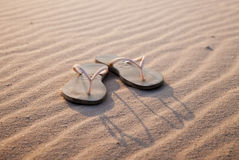 Sandalias en la playa Imágenes de archivo libres de regalías