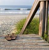 Sandalias en la playa imagen de archivo