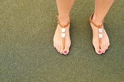 Sandalias en pies Imágenes de archivo libres de regalías