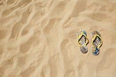Sandalias Flip Flops de la playa del primer o pinzas Sandy Background Copyspace Concepto del verano horizontal Ninguna foto del c Foto de archivo libre de regalías